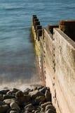 Disjuntores de madeira meados de do mar de Borth Gales Foto de Stock Royalty Free