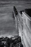 Disjuntores de madeira meados de do mar de Borth Gales preto e branco Imagens de Stock Royalty Free