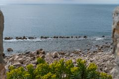Disjuntores de onda na costa de mar foto de stock royalty free