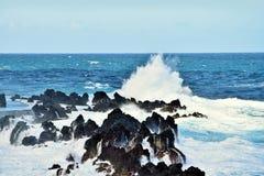 Disjuntores fantásticos com as rochas na costa de Porto Moniz foto de stock