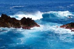 Disjuntores no mar e na costa fotografia de stock