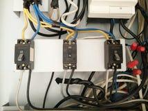 Disjuntores velhos do poder, cabos elétricos desarrumados imagem de stock