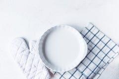 Disk och köktillbehör för att baka på köksbordet på en vit bakgrund royaltyfri bild