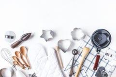 Disk och köktillbehör för att baka på köksbordet på en vit bakgrund royaltyfri fotografi