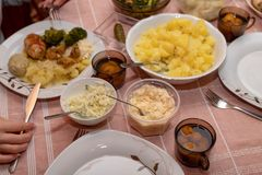 Disk som förbereds för en hemlagad matställe Familjmöte på köksbordet royaltyfri foto