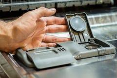 Diskaren med smutsar ner disk Pulver, dishwashingminnestavla och rin Royaltyfri Fotografi
