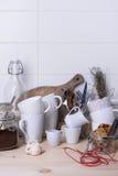 Diskbänken med redskapet, rottingsocker, kakor, grundar kaffe, mjölkar på trätabellen kopiera avstånd Royaltyfri Fotografi
