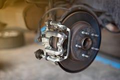 diskett för bilhjulbroms och skor av lyftbilen på reparation s royaltyfri foto