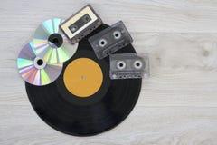 Diskette der Retro-, Vinylaufzeichnung, Audiokassette und CD Stockfotografie