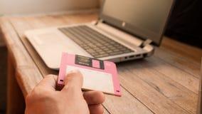 Diskette und Notizbuch auf hölzernem Brett Lizenzfreies Stockfoto