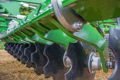 Disketten einer modernen landwirtschaftlichen Gesamtheit für Oberflächenbehandlung des Bodens lizenzfreie stockfotos