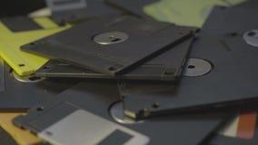 Disketten-Rechenzentrum-Konzepthintergrund des Wurfs alter, Stapel von den drehenden Disketten stock footage