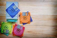 Diskettenlaufwerk- und -disketten auf Holztisch stockfotos
