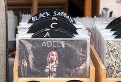 Disketter för tappningvinylrekord som är till salu på den gamla Jaffa loppmarknaden arkivfoton