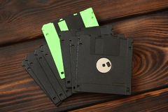 Diskettes en schijven op houten achtergrond royalty-vrije stock afbeelding