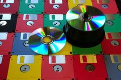 3 5 diskettes van diverse kleuren met moderne DVD stock afbeeldingen