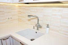 Diskho och vattenkran Moderna, ljusa rena kökinredetaljer Royaltyfri Bild