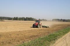 Disking jorden, innan att så av korn Arkivfoton