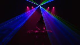 Diskjockey, DJ, Schattenbild auf Laserstrahlen Stockfoto