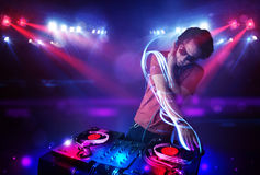 Diskjockey som spelar musik med effekter för ljus stråle på etapp stock illustrationer