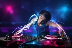 Diskjockey som spelar musik med electro ljusa effekter och ljus Royaltyfri Foto