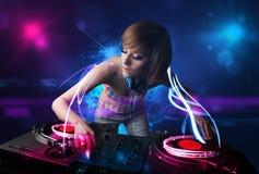 Diskjockey som spelar musik med electro ljusa effekter och ljus Arkivbild
