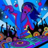 Diskjockeyflicka med en discjockeyblandare och folk som dansar på ett parti stock illustrationer
