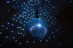 Diskoboll, blått ljus i nattklubb. Inomhus Arkivbilder