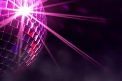Diskoboll med den violetta stjärnabristningen och dimma i klubba Arkivfoton