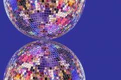 Diskoboll med symmetrisk reflexion på en purpurfärgad bakgrund royaltyfri fotografi