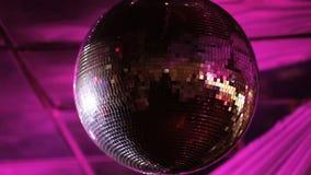 Diskoboll på en nattklubb stock video