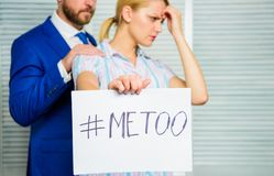 Diskrimineringanfallklagomål Offeranfall på arbetsplatsen Anfall som uppsätta som mål på anställd Hashtag för flickahållaffisch m royaltyfri bild