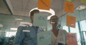 Diskussion över klibbiga anmärkningar på glasväggen stock video
