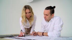 Diskussion av formgivare av kvinnan och mannen av det arkitektoniska projektet och inre stock video