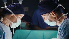 Diskussion av två kirurger under allvarlig operation arkivfilmer
