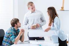 Diskussion bei der Sitzung von jungen Architekten Lizenzfreie Stockbilder