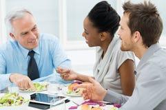 Diskussion der Arbeit am Mittagessen stockfoto