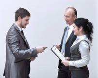 Diskussion för affärsfolk över dokument i tomt kontor royaltyfri foto