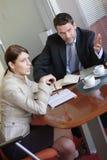 Diskussion, Geschäftsmann und Frau, die im Büro sprechen lizenzfreie stockbilder