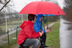 Diskussion im Regen Stockfotos