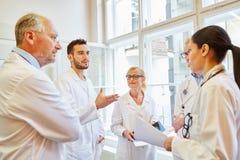 Diskussion mellan doktorer och sjuksköterskor arkivbilder