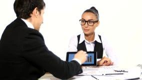 Diskussion mellan en affärsman och en affärskvinna lager videofilmer