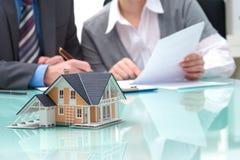 Diskussion mit einer Immobilienagentur Stockbild