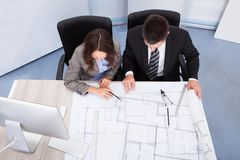 Diskussion mit zwei Architekten Stockbilder