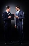 Diskussion mit zwei Geschäftsmännern Stockbild