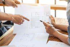 Diskussion mit zwei Ingenieuren auf Architekturprojekt an der Baustelle im modernen Büro stockfotos