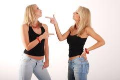Diskussion mit zwei Mädchen lizenzfreie stockfotos