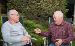 Diskussion mit zwei Männern Lizenzfreies Stockfoto
