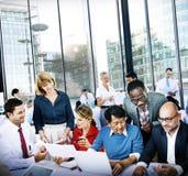Diskussion Team Concept för kontor för affärsfolk funktionsduglig Arkivbilder