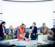 Diskussion Team Concept för kontor för affärsfolk funktionsduglig Arkivbild
